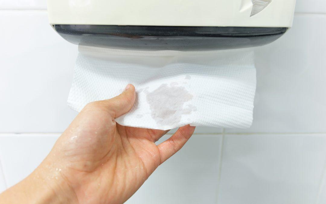 El papel secamanos, más higiénico que los secadores