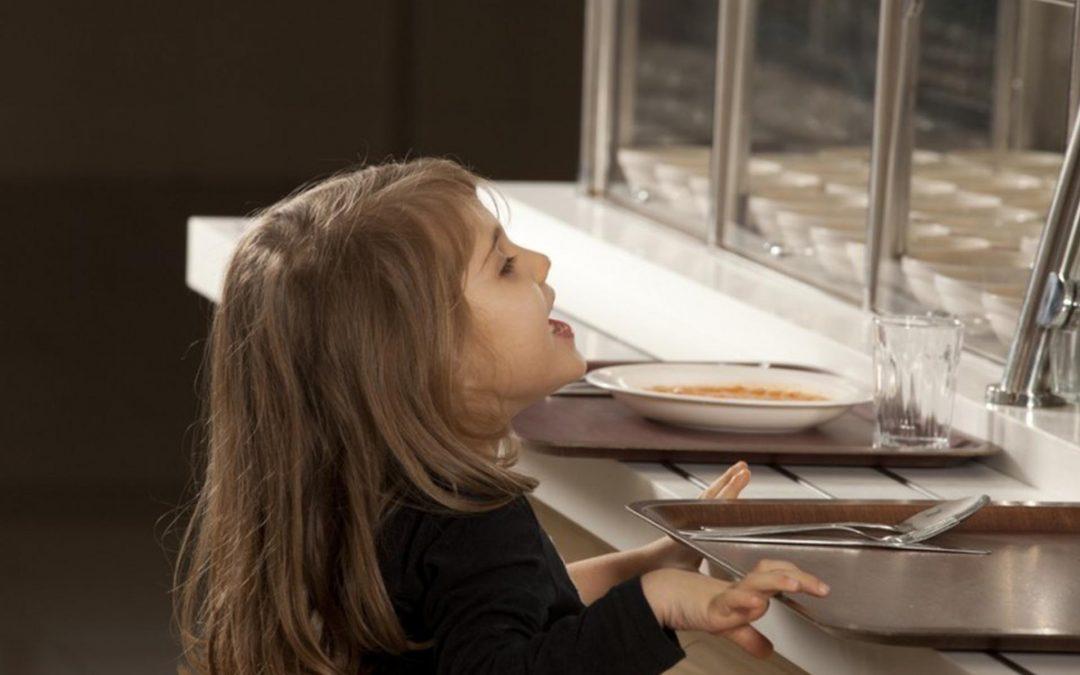 ¿Cómo debe ser la limpieza y desinfección en los comedores escolares?