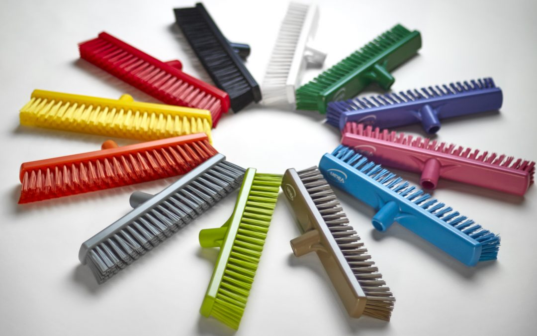 Escobas y cepillos Vikan para codificar la limpieza