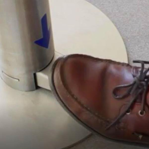 papelmatic-higiene-professional-columna-dispensadora-amb-pedal-per-a-solucions-hidroalcoholiques-disseny