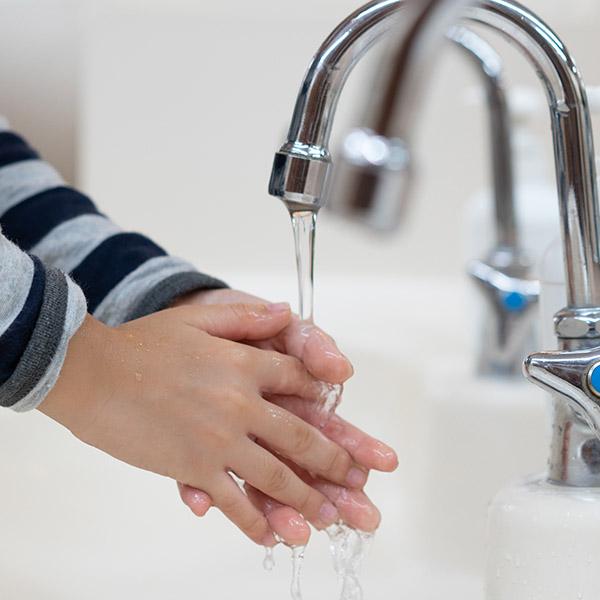 papelmatic-higiene-professional-escoles-en-temps-de-covid19-higiene-de-mans