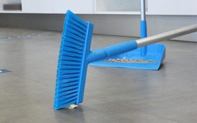¿Cómo debe ser el mantenimiento de los cepillos de limpieza?